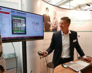 Stephan Götz zeigt auf der fibit Lösungen der kaufmännischen Software für Mittelständler