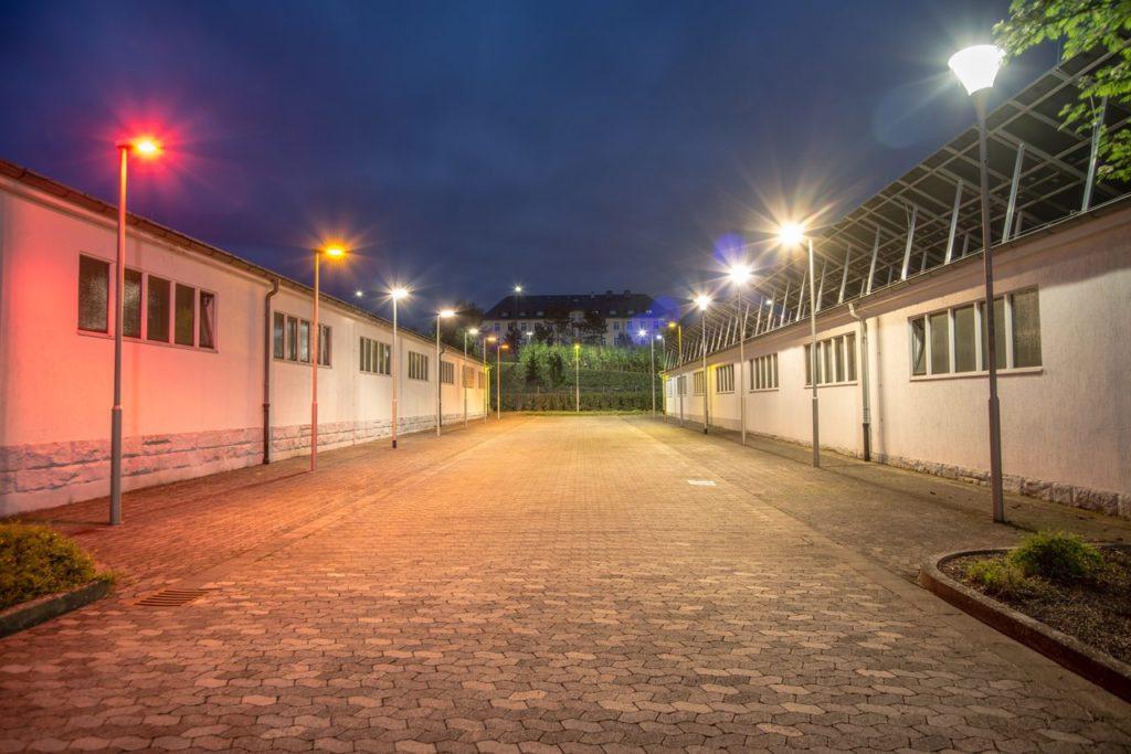 LED-Leuchten im Live-Betrieb: In ihrem Muster-Leuchtenpark in der Daimler-Benz-Straße präsentiert die RhönEnergie Fulda bei Bedarf unterschiedliche Typen energieeffizienter LED-Leuchten. Foto: RhönEnergie Fulda