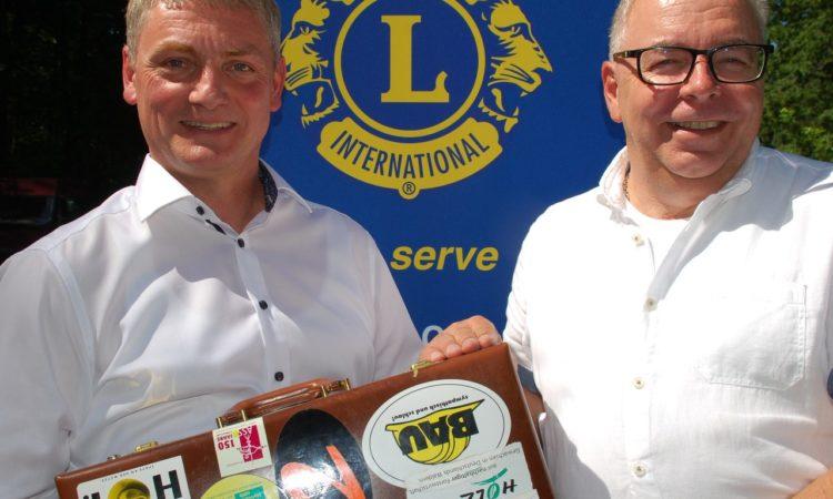 Christian Bolduan (links) nimmt symbolisch den Präsidentenkoffer von seinem Amtsvorgänger Uwe Hedrich (rechts) entgegen und freut sich auf die neue Herausforderung.