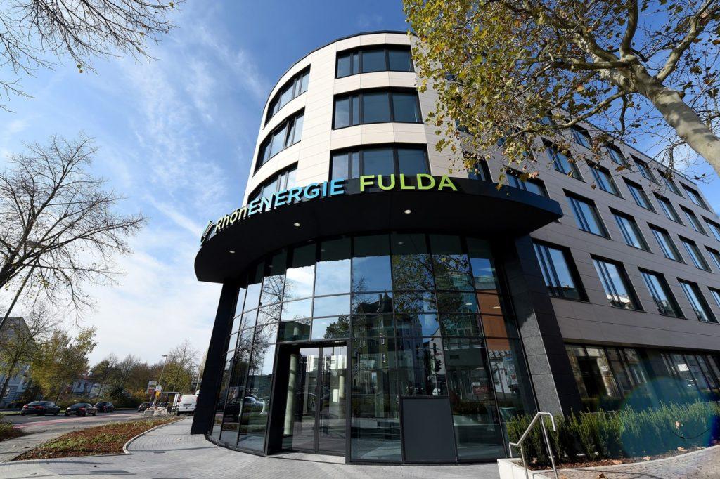 Der Haupteingang der neuen Unternehmenszentrale der RhönEnergie Fulda-Gruppe befindet sich an der Ecke Bardostraße / Löherstraße. Fotos: RhönEnergie Fulda / photoebene Marzena Seidel