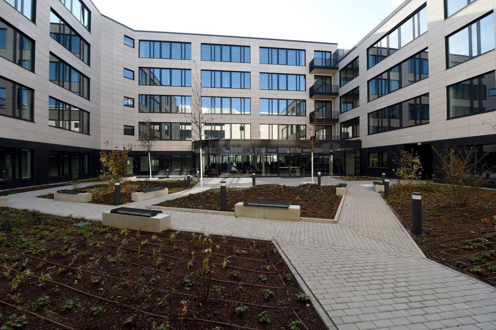 Das Gebäude am Löhertor hat einen Innenhof mit Pflanzen, Wegen und Sitzgelegenheiten. Im Sommer kann auf einer Terrasse auch gespeist werden. Foto: RhönEnergie Fulda / photoebene Marzena Seidel