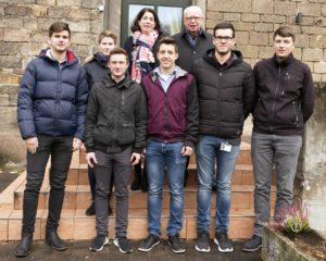 Sechs dual Studierende wurden für ihren erfolgreichen Abschluss von JUMO Personalleiterin Alexandra Dantmann (hinten links) und dem geschäftsführenden JUMO-Gesellschafter Bernhard Juchheim (hinten rechts) geehrt.
