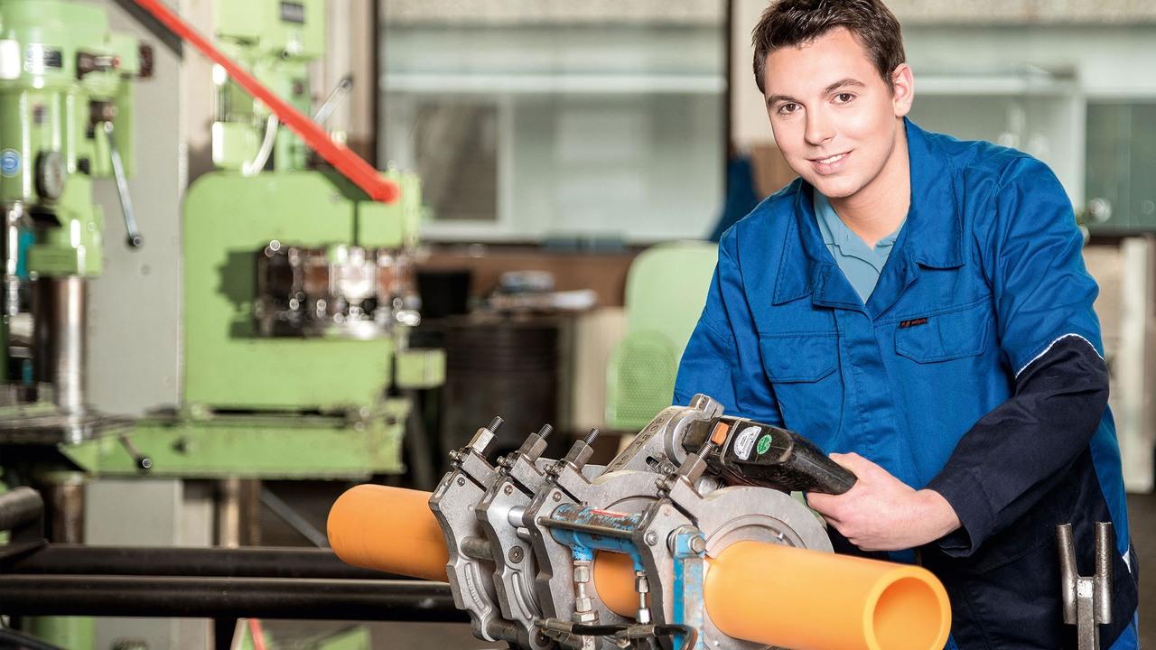 """Ein Auszubildender im Beruf """"Anlagenmechaniker – Rohrsystemtechnik"""", einem der zahlreichen Ausbildungsangebote der Gruppe. Foto: RhönEnergie Fulda"""